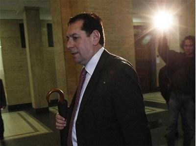 Владимир Атанасов влиза в съдебната зала.  СНИМКА: ТОНИ ПЕЛТЕКОВА