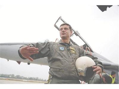 Ген. Константин Попов току-що е слязъл от самолета и показва маньовъра, довел до жестоко 7-кратно претоварване. СНИМКИ: ПИЕР ПЕТРОВ