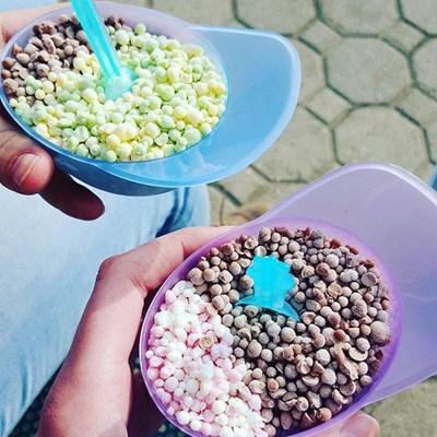След като се насладят на сладоледа, клиентите могат да запазят кутийката. Тя е в различни форми - като сфера или шапка с козирка.