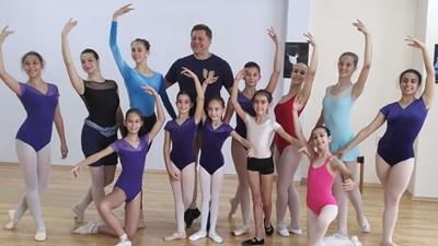 Гедиминас Таранда с малките търновски балерини