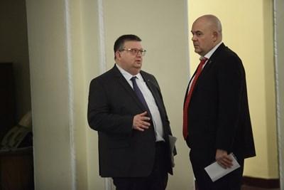 Сотир Цацаров и Иван Гешев бяха в Народното събрание за среща с представителите на Венецианската комисия.  СНИМКА: ЙОРДАН СИМЕОНОВ