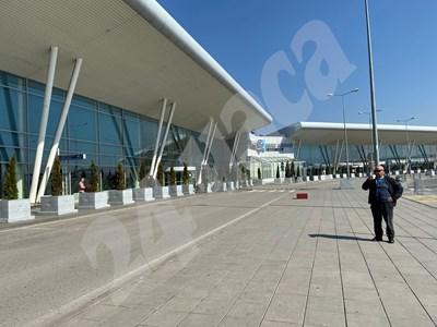 Нито хора, нито коли има пред летището в София СНИМКА: 24 часа
