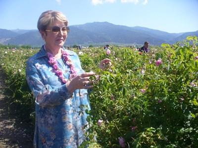 Посланикът на Русия в София Елеонора Митрофанова с удоволствие се снима за спомен в розовите градини край Казанлък.  СНИМКА: Ваньо Стоилов