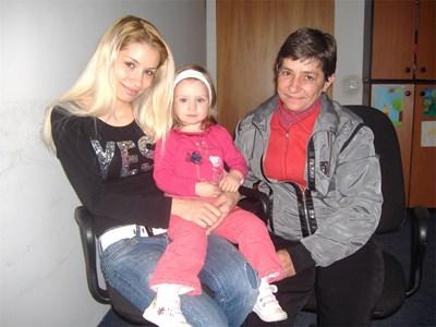"""Емануела (вдясно) и майка й Елисавета (вляво) дойдоха в редакцията на """"24 часа"""", за да говорят с Хуан за първи път след 20 г. Той научи, че е станал дядо на малката Василена (в средата).  СНИМКИ: АВТОРЪТ"""