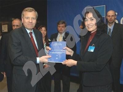 Шефката на института Таня Михайлова връчва сборника с 12-те студентски есета на тема: Какво бих направил, ако съм шеф на НАТО? СНИМКА: 24 часа