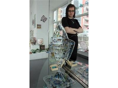 Вержиния Велчева в галерията си пред своя любима работа - прозрачна риба с цветни ефекти СНИМКИ: АНДРЕЙ БЕЛОКОНСКИ
