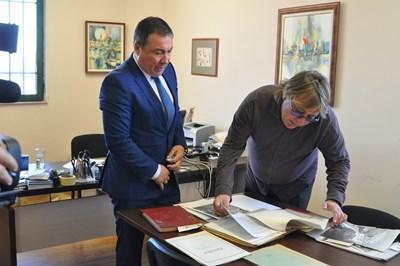 Кметът на Несебър Николай Димитров/вляво/ и директорът на музея Тодор Марваков разглеждат ценното дарение.