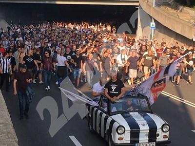 Улиците на Пловдив се превърнаха в реки от фенове на Локомотив.СНИМКИ: Радко Паунов СНИМКА: 24 часа
