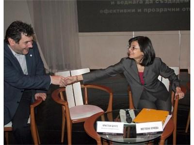 Икономистът Георги Ганев поздравява Меглена Кунева, която бе еврокомисар за защита на потребителите. Спестовните българи създават основа за бъдещо богатство, обяви икономистът на конференцията. СНИМКА: АНДРЕЙ БЕЛОКОНСКИ