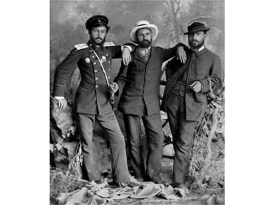 Писателят (в средата) през лятото на 1885 г. в компанията на Коста Паница и Димитър Ризов.  СНИМКИ: АРХИВ