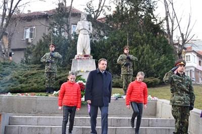"""Даниел Панов и ученички от ОУ""""Патриарх Евтимий"""" поднесоха цветя на паметника на Апостола"""
