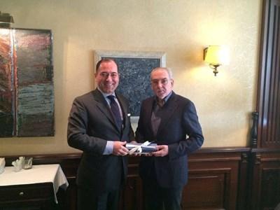 Сърдечна реща на Лютви Местан с посланика на Турция Сюлейман Гьокче (вляво).