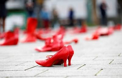 По един чифт  червени обувки  за всяка жена в Белгия, станала жертва на насилие заради своя пол бе  поставен в сърцето на Брюксел. СНИМКА: РОЙТЕРС