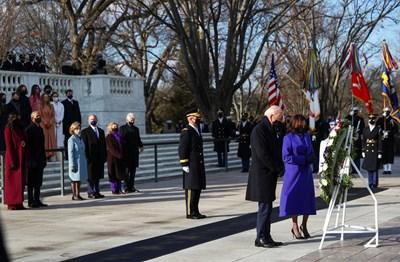 Байдън и Харис положиха венец пред Гроба на незнайния воин СНИМКИ: Ройтерс