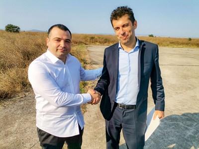 Новият лидер на СЕК Константин Бачийски показва на Кирил Петков като служебен министър къде трябва да се изгради центърът с летище.  СНИМКА: ФЕЙСБУК СТРАНИЦА НА СЕК