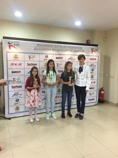 Президентът на федерацията по биатлон и легенда на този спорт Екатерина Дафовска позира със заслужили купи момичета при официалното закриване на сезона.