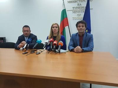 Христо Гълбачев (вляво), Николина Ангелкова и Николай Генчев (вдясно) Снимка: Христо Николов
