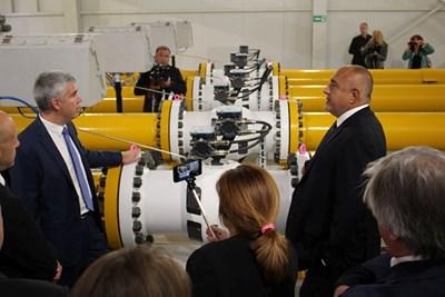 """Изпълнителният директор на """"Булгартрансгаз"""" Владимир Малинов  (вляво) показва на премиера Борисов първата у нас газоизмервателна станция, която компанията финансира със свои средства."""