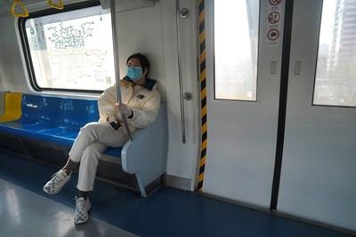 Жена носи маска, докато пътува с метрото в Китай Снимка: Ройтерс