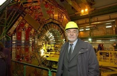 Проф. Леандър Литов пред ускорителя за частици в ЦЕРН. СНИМКА: Николай Литов
