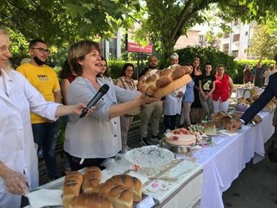Доц. Цветана Гогова поднася пита на празника на хляба в Университета по хранителни технологии в Пловдив, който се проведе на Спасовден.