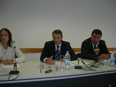 Пламен Моллов (вляво) изнася данни за нелегалния алкохол на пресконференция вчера. До него е назначеният преди два дни шеф на агенцията по лозата и виното Красимир Коев.  СНИМКА:АВТОРЪТ