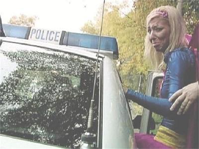Супер Бианка влиза в полицейска кола в Перник.  СНИМКА: НОВА ТВ