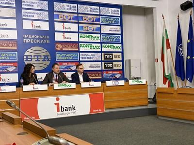 """Иван Николов (в средата) - председател на сдружението """"За чиста вода - Ботевград"""", обяви, че проби са показали, че водата в града не е годна за ползване."""