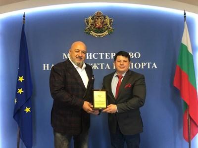 Бадминтонът награди министър Кралев