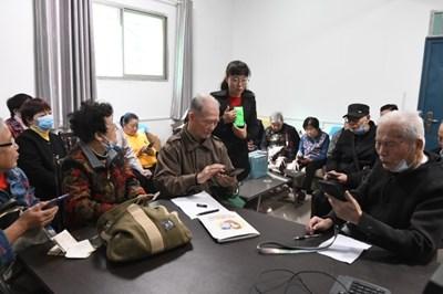 Китай представи национален план, който да помогне на възрастните да навлязат в дигиталния свят
