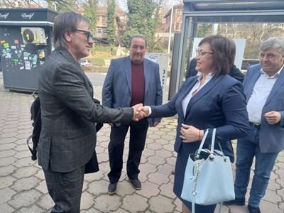 Футболистът Любомир Корадов се ръкува с Корнелия Нинова в Пловдив. До него е Георги Георгиев-Гецата, който е четвърти в листата. Снимка: Авторът