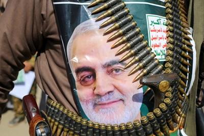 Йеменец е закачил портрета на Касем Солеймани на траурно шествие в столицата Сана. СНИМКА: РОЙТЕРС