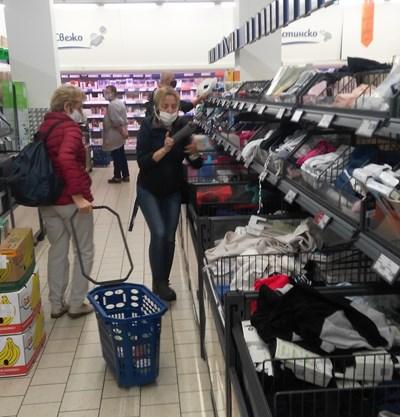 """Целта на мярката е възрастните хора да не се смесват с по-младите в магазините и така да се пазят от заразата.  СНИМКА: """"24 ЧАСА"""""""