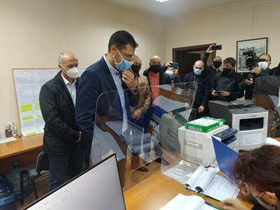 Иван Тотев регистрира листата на ГЕРБ за Пловдив-град и очаква 4 депутатски места. Снимки: Авторът