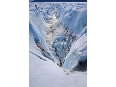 Огромна цепнатина е разрязала ледника Петерман в Гренландия. СНИМКА: РОЙТЕРС