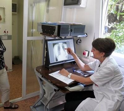 Д-р София Ангелова преглежда безплатно поредния пациент в Световния ден без тютюнев дим - 31 май. СНИМКА: Пиер Петров