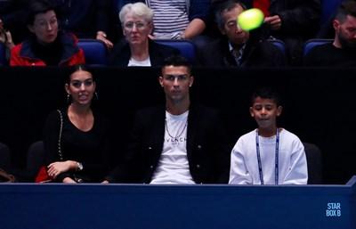 Роналдо и половинката му изгледаха на живо двубоя между Новак Джокович и Джон Иснър от финалите на АТП в Лондон СНИМКА: РОЙТЕРС