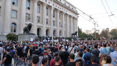 """Идеята да бъде блокирана Съдебната палата бе посрещната от множеството с викове """"Оставка"""".Снимки ЙОРДАН СИМЕОНОВ"""
