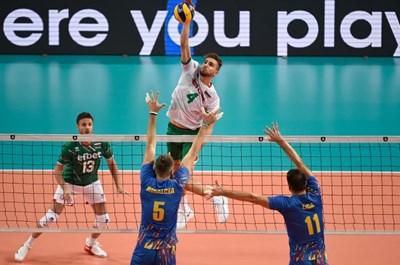 Мартин Атанасов забива с фланелката на националния отбор. Снимка: CEV