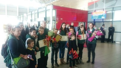 Катрин Евгениева - вдясно с медала пристига на летище София