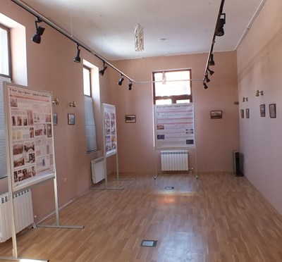 Залата в посетителския център на Белово, където е подредена фотоизложбата.