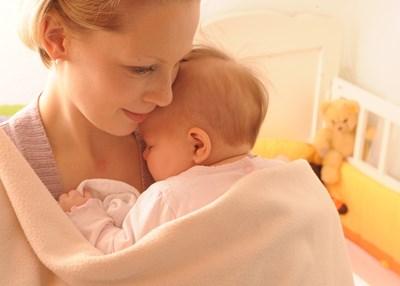 Болестта засяга основно деца. Започва с висока температура, а първите обриви се появяват зад ушите - 3 до 5 дни по-късно.