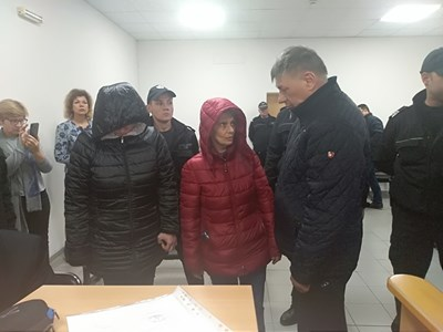 Александрина (в средата) остава в ареста