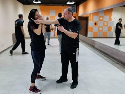 Елена и Калин демонстрират част от движенията в обучението.   СНИМКИ:  ЛИЧЕН АРХИВ