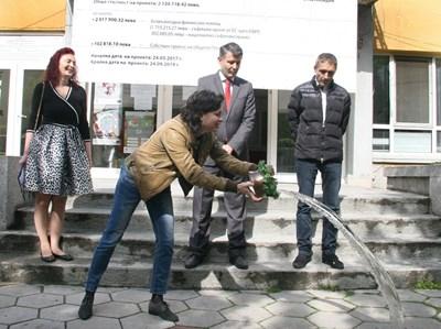 Зам.-кметовете Димитър Кацарски и Георги Титюков направиха копката, след което жена лисна менче.