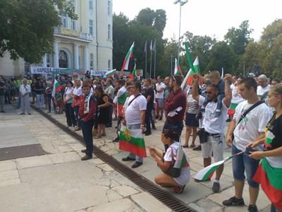 Близо 500 души се събраха на централния площад в Пловдив