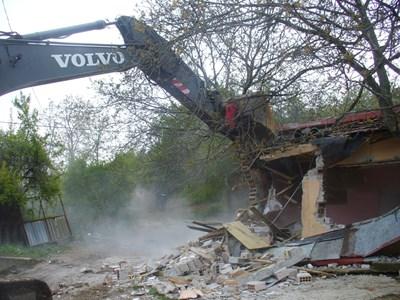 Акцията по събарянето на незаконните постройки в Стара Загора започна днес сутринта към 9,30 часа. СНИМКА: Ваньо Стоилов