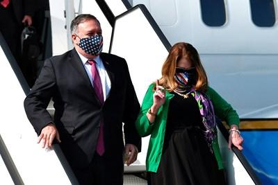 Помпейо пристига в Словения с жена си Сюзан. Снимка Ройтерс