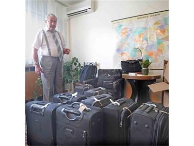 Следовател Румен Василев показва куфарите с антиките.