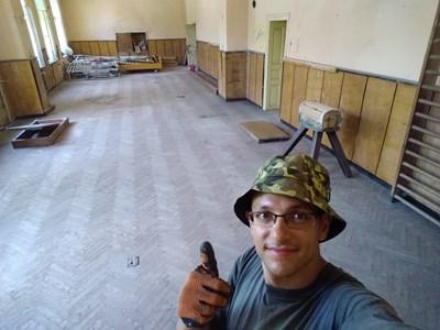 Пламен Иванчев разчиства стария физкултурен салон в село Караисен, а няколко месеца по-късно го възстановява изцяло. СНИМКА: Личен архив